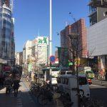 ②大久保方面(新宿駅を背に右方向)に進みます。