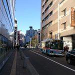 ③右手に横浜銀行が見えてきます。この通りをしばらく真っ直ぐ進みます。