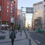 ④セブンイレブン前の広場です。右手にファミリーマートが見えてきたら右折してください。