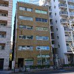 ⑧茶色いビルがサワダビルです。ここの3階(304号室)に東和コーポレーション蒲田営業所があります!愉快な仲間と事務スタッフでお出迎えします!